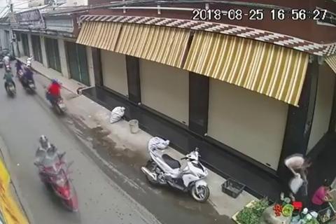 Bắt người phụ nữ đi xe tay ga trộm giỏ tiền của bà bán rau