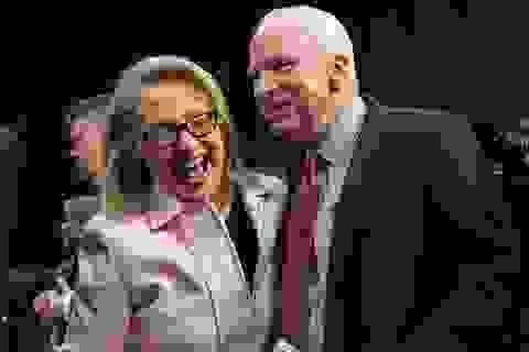 """Cuộc so tài """"tửu lượng"""" giữa bà Clinton và ông McCain"""