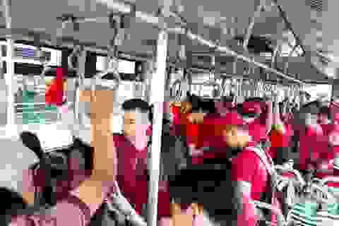 """Cổ động viên Việt Nam """"nhuộm đỏ"""" sân bay Indonesia trước giờ bóng lăn"""