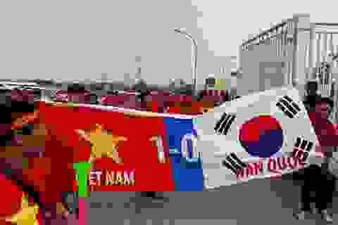 """Cổ động viên Việt Nam """"đốt nóng"""" không khí trên sân vận động Indonesia"""