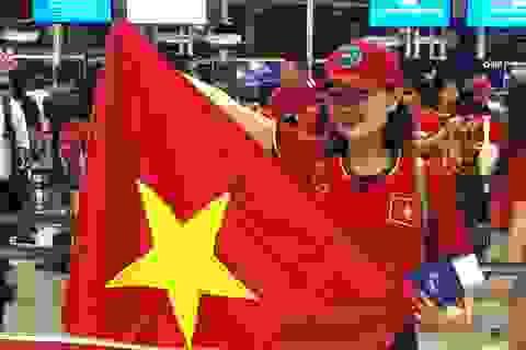 Rực rỡ cờ đỏ sao vàng trong chuyến bay sang Indonesia lúc rạng sáng