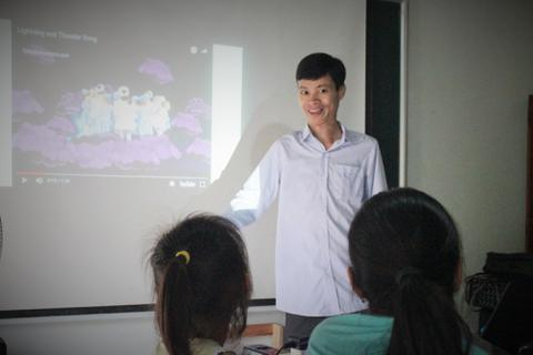 Lớp học tiếng Anh miễn phí của kỹ sư suýt bỏ học vì bệnh tật