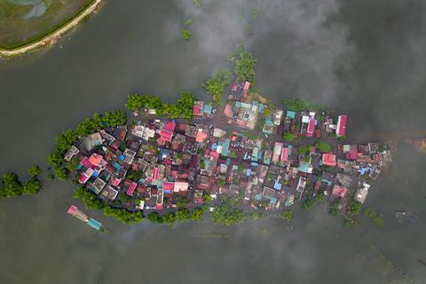 """Khu dân cư Hà Nội thành """"ốc đảo hình cá"""" giữa biển nước ngập"""