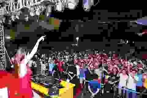 Hàng ngàn người kéo nhau về tham dự ngày hội Bia Hà Nội tại Nam Định