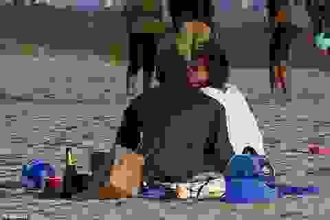 Katie Holmes hôn say đắm Jamie Foxx trên biển