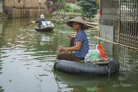 Hà Nội: Người dân vùng ngập chèo thuyền nhận quà từ thiện
