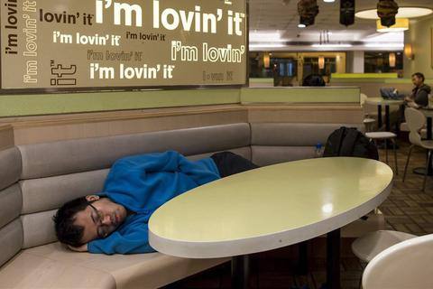 """Khi tiệm đồ ăn nhanh trở thành """"thiên đường tị nạn"""" cho người nghèo Hong Kong"""