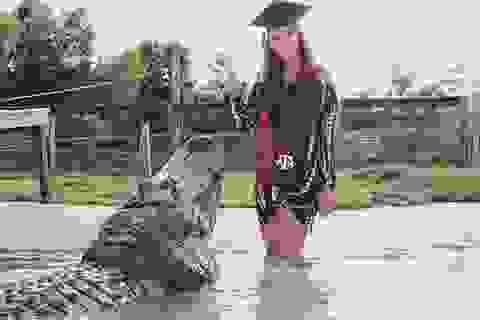 """Nữ sinh nhảy vào hồ để chụp ảnh tốt nghiệp cùng... cá sấu """"khủng"""""""