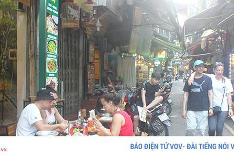 """Những dịch vụ """"hái ra tiền"""" dành cho """"Tây ba lô"""" ở phố cổ Hà Nội"""