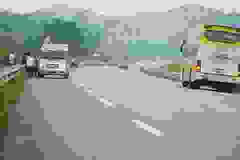 """""""Bát nháo"""" trên cao tốc Nội Bài – Lào Cai: Người dân phá rào mở quán, xe khách """"làm loạn"""""""