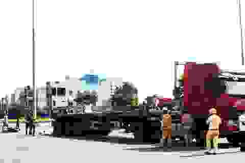 Xe máy va chạm với xe đầu kéo, một phụ nữ tử vong