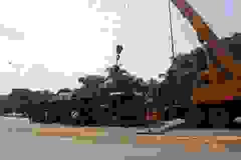 Xe đầu kéo lật ngửa khi lên cầu vượt, cả trăm lít dầu tràn ra đường