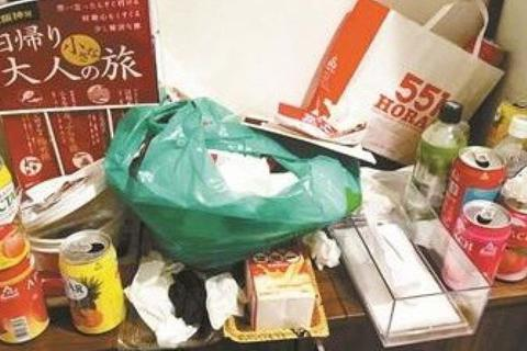 """Thuê phòng trong 5 ngày, nhóm khách Trung Quốc để lại """"núi rác"""" xộc mùi hôi thối"""