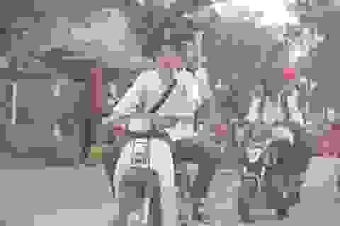"""Hãi hùng cảnh học sinh dàn hàng trên quốc lộ, """"làm ngơ"""" luật giao thông"""