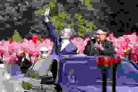 Lãnh đạo Hàn - Triều ngồi chung xe mui trần tới nơi họp thượng đỉnh
