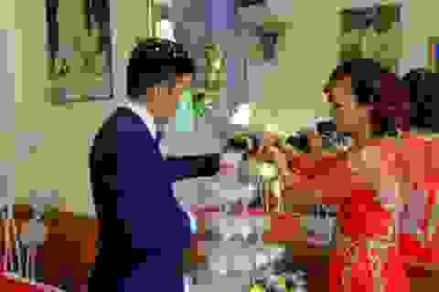 Hàng trăm người tham dự đám cưới cô dâu 61, chú rể 26 ở Cao Bằng