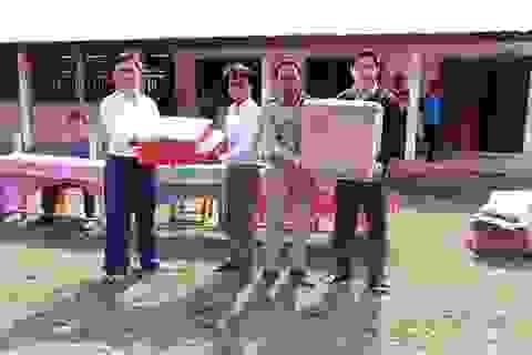Mang trung thu đến với các em học sinh Lào
