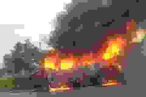 Xe khách bốc cháy dữ dội sau tai nạn