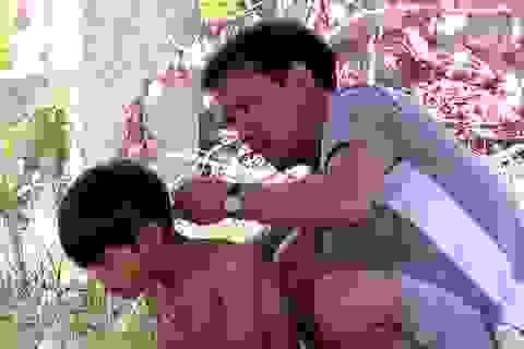 Khi thầy cô vùng cao kiêm thợ cắt tóc, gội đầu cho học sinh