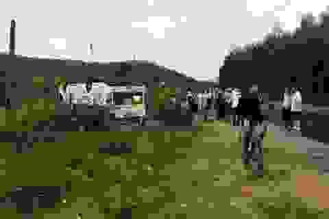 Ô tô khách lật ngửa, 7 người bị thương