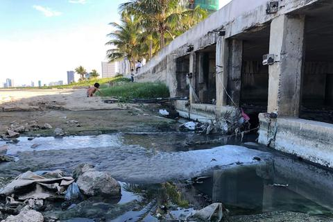 Nước thải quá tải cống xả lại tràn ra biển