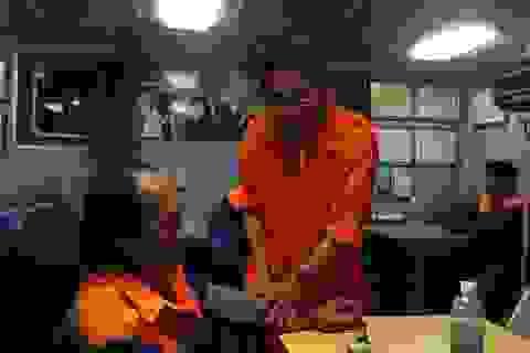 Cứu 8 thuyền viên gặp nạn tại vùng đánh bắt cá chung Việt Nam - Trung Quốc