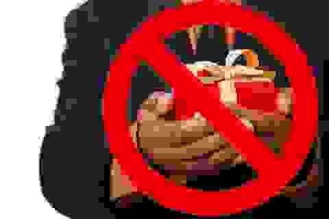 Đường dây nóng tố cáo tặng quà Tết: Ai tố, và xử lý như thế nào?