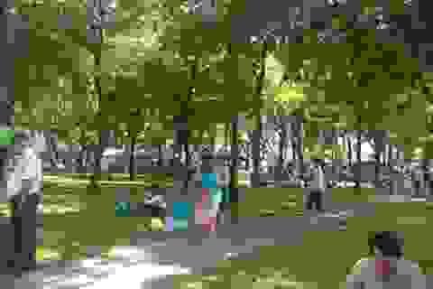 """TPHCM: Công viên xuống cấp vì """"oằn lưng"""" tổ chức hội chợ"""
