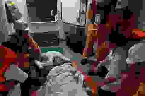 Vượt biển trong đêm cứu thuyền viên Philippines bị đột quỵ