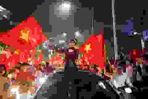 """1.001 kiểu ăn mừng """"bá đạo"""" của người hâm mộ Việt Nam"""