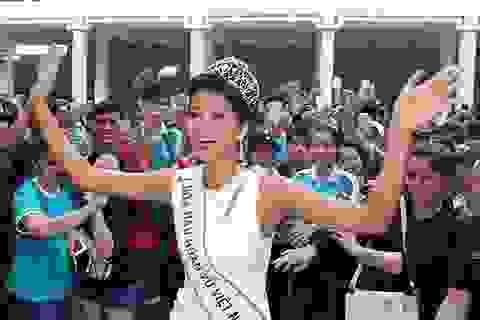 Hoa hậu H'hen Niê được chào đón nồng nhiệt khi về thăm trường cũ