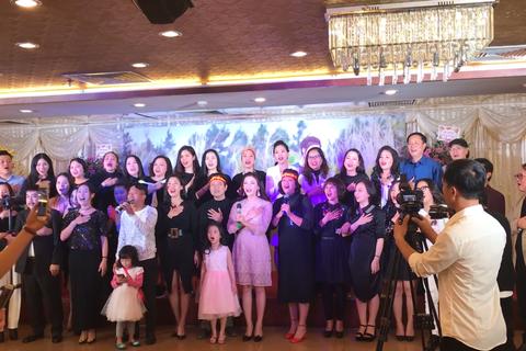 Nghệ sĩ tưng bừng hát Quốc ca mừng chiến thắng của U23 Việt Nam