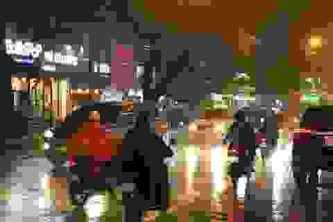 Mưa trái mùa trút nước suốt nhiều giờ xuống Sài Gòn