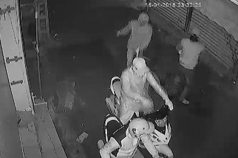 """Hà Nội: Camera bắt gọn nhóm côn đồ """"khủng bố"""" nhà dân bằng """"bom bẩn"""""""