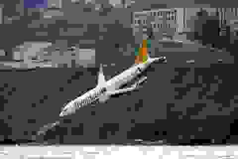"""Thót tim máy bay chở hơn 160 người """"treo"""" vách đá"""