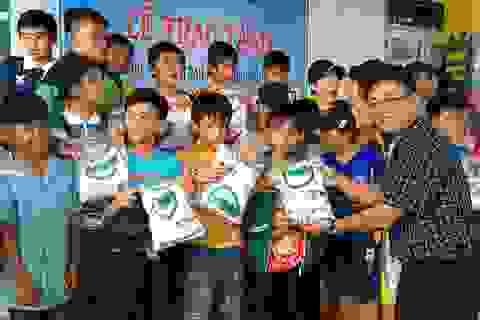 Dân trí tặng sân bóng mini, vườn rau sạch... cho học sinh Tây Nguyên