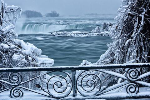 Thác nước đẹp nhất thế giới đóng băng trong cái lạnh -67 độ C