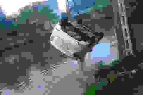 Né xe máy ngược chiều, ô tô 4 chỗ lao xuống hồ nước