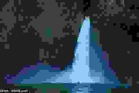 Chèo xuồng lao xuống thác nước cao 40m để lập kỷ lục