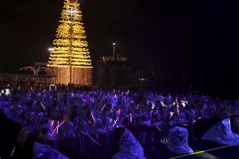Fans Việt đội mưa xem dàn sao AOMG trình diễn trong đêm nhạc Midnight Kiss