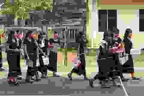Học sinh người dân tộc Hrê xúng xính trang phục truyền thống đến trường