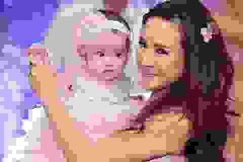 Vy Oanh bất ngờ mang con gái 5 tháng tuổi lên sân khấu