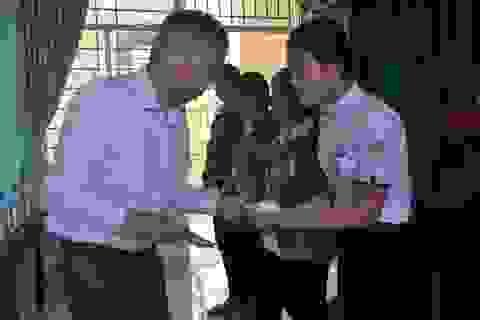 Quảng Ngãi: Nhà thơ Thanh Thảo trao học bổng cho học sinh nghèo