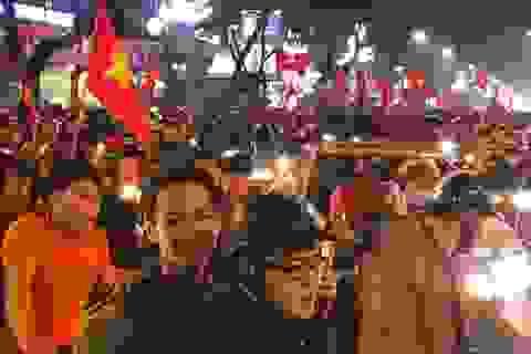 Hàng vạn người xuống đường ăn mừng chiến thắng nghẹt thở của tuyển Việt Nam