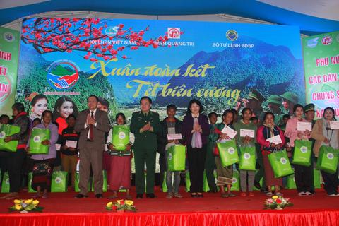 Phó Chủ tịch nước trao quà Tết cho người dân vùng biên giới Quảng Trị