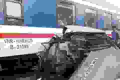 Ô tô chết máy mắc kẹt trên đường ray, bị tàu tông nát bét