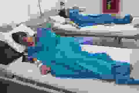Tạm đình chỉ cơ sở bánh mì sau khi 27 người nhập viện