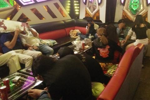 """Hàng chục nam nữ """"phê"""" ma túy trong phòng VIP quán karaoke"""