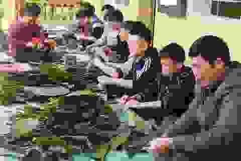 Thầy cô bớt tiền lương gói bánh chưng tặng học sinh nghèo ăn Tết