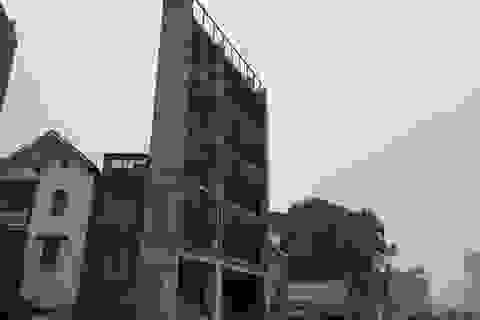 """Vì sao nhà """"kì dị"""" vẫn được cấp phép xây dựng trên đường nghìn tỷ ở Hà Nội?"""
